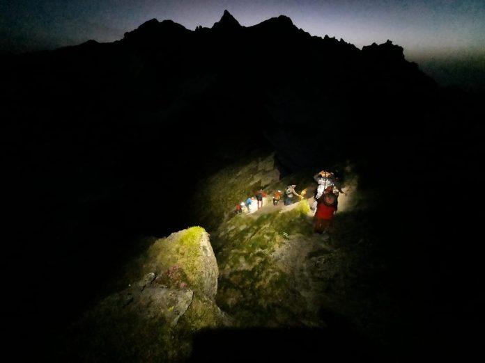 Turiști rătăciți pe munte în Argeș, salvați noaptea trecută