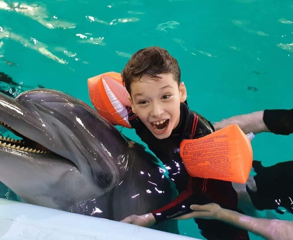 Speranță pentru băiețelul din Pitești care face terapie cu delfini