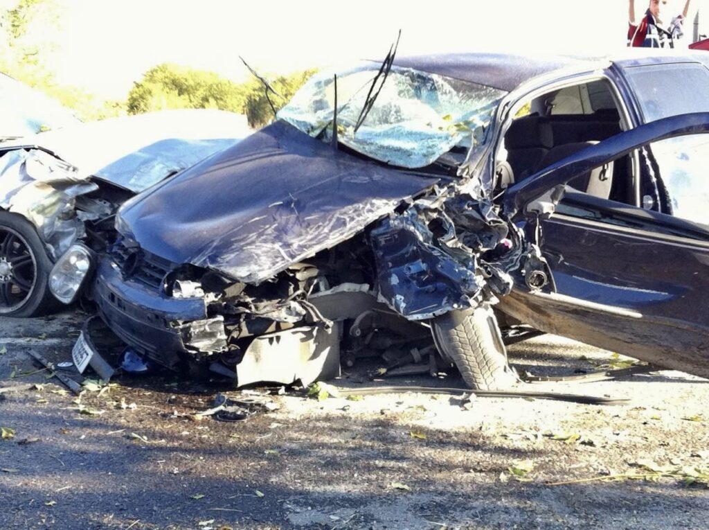 Accident cu trei autoturisme în Argeș. Unul este răsturnat!