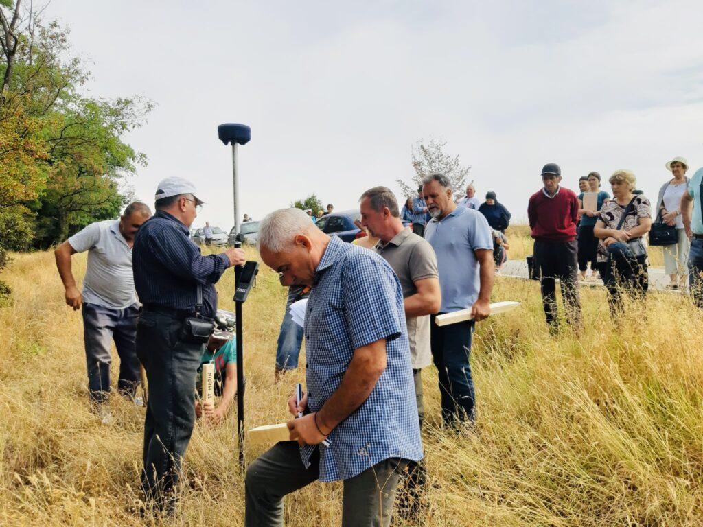 Localnici din Miroși, puși în posesie asupra unor parcele de pădure
