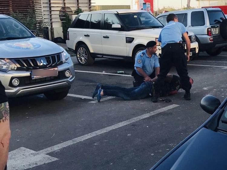Bătaie cu cuțite în centrul Piteștiului. Bărbat transportat la spital!