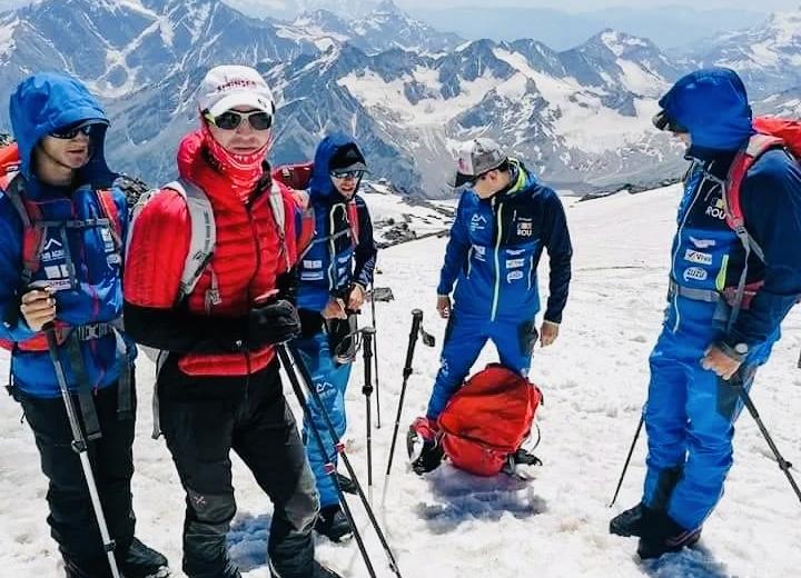Teofil Vlad, pe vârful Elbrus împreună cu doi sportivi nevăzători