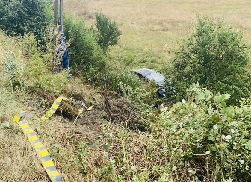 Femeie ajunsă la spital după ce a intrat cu mașina în stâlp