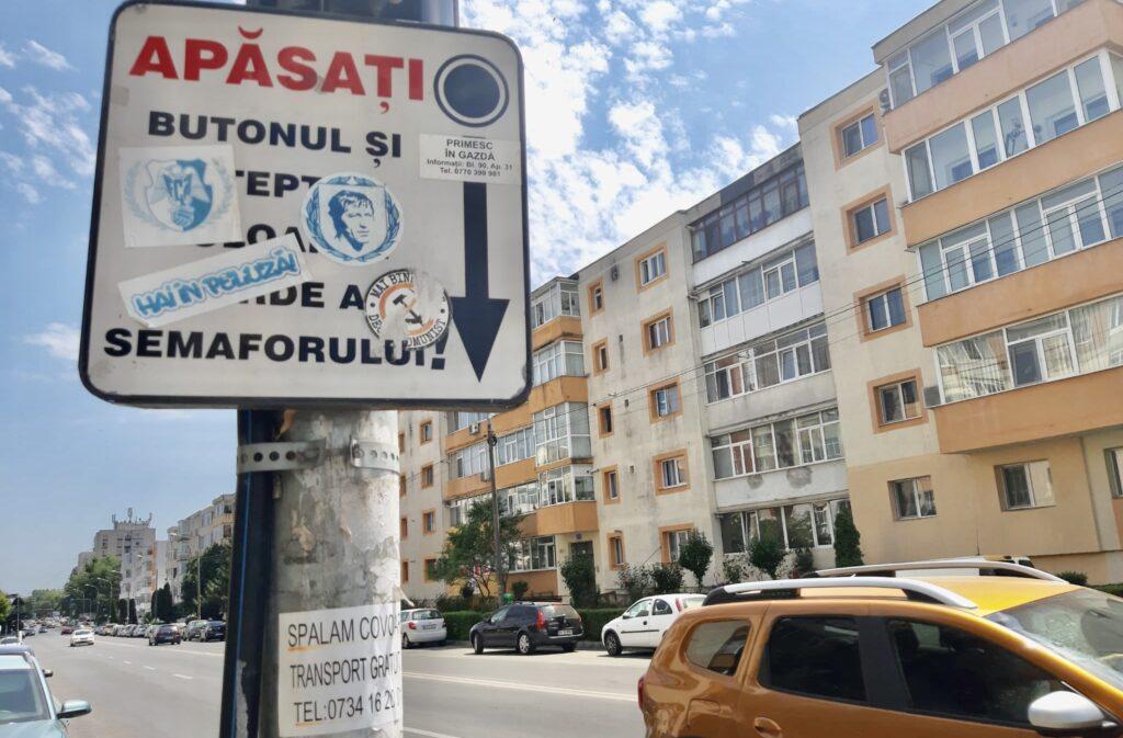 Semaforul cu buton a devenit loc de afișaj în Pitești