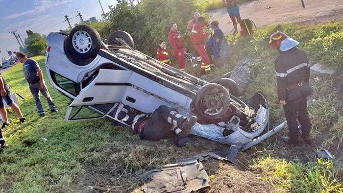Un autoturism cu doi ocupanți s-a răsturnat la Merișani