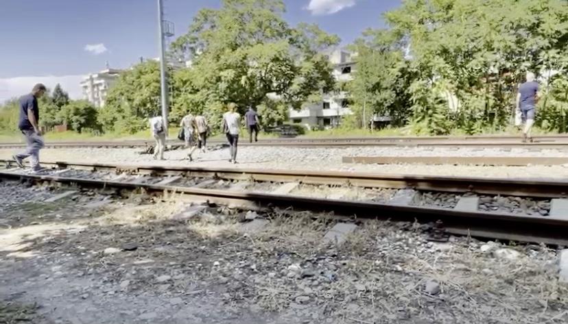 (Video) Zilnic, riscă să fie spulberați de tren în Pitești!