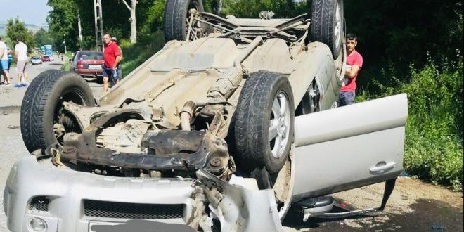 Mașină răsturnată acum, la Piscani