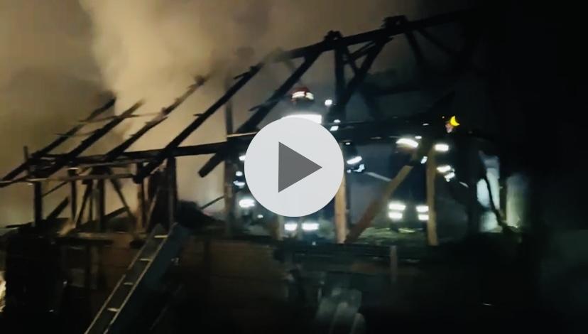 Video | Un bărbat din Argeș a dat foc casei după o ceartă cu soția
