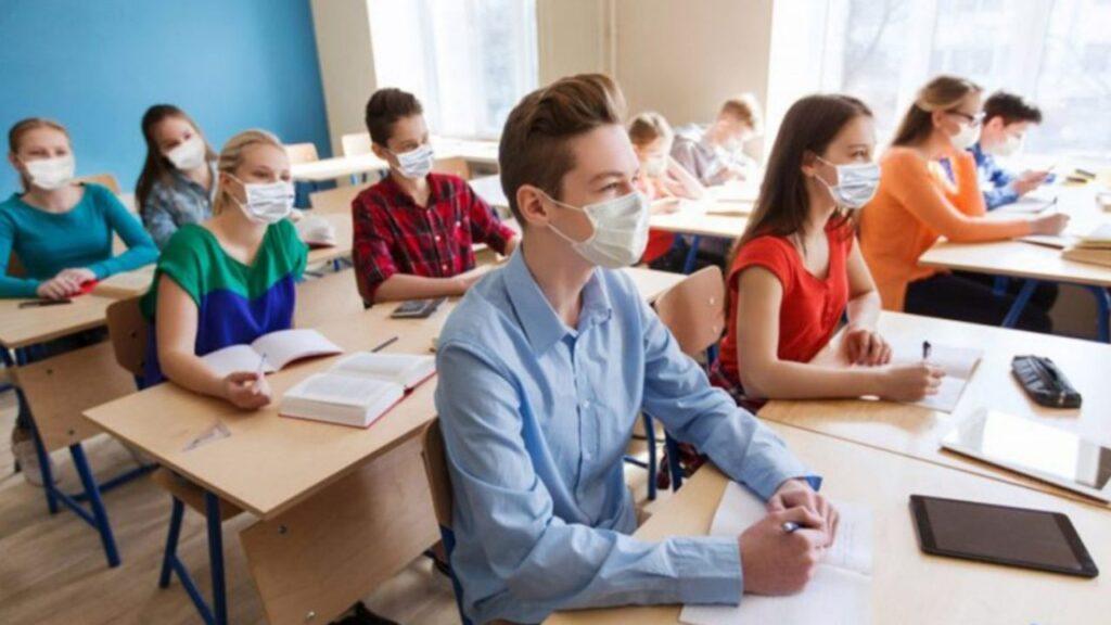 Elevii și studenții trebuie să poarte la ore doar măști de uz medical