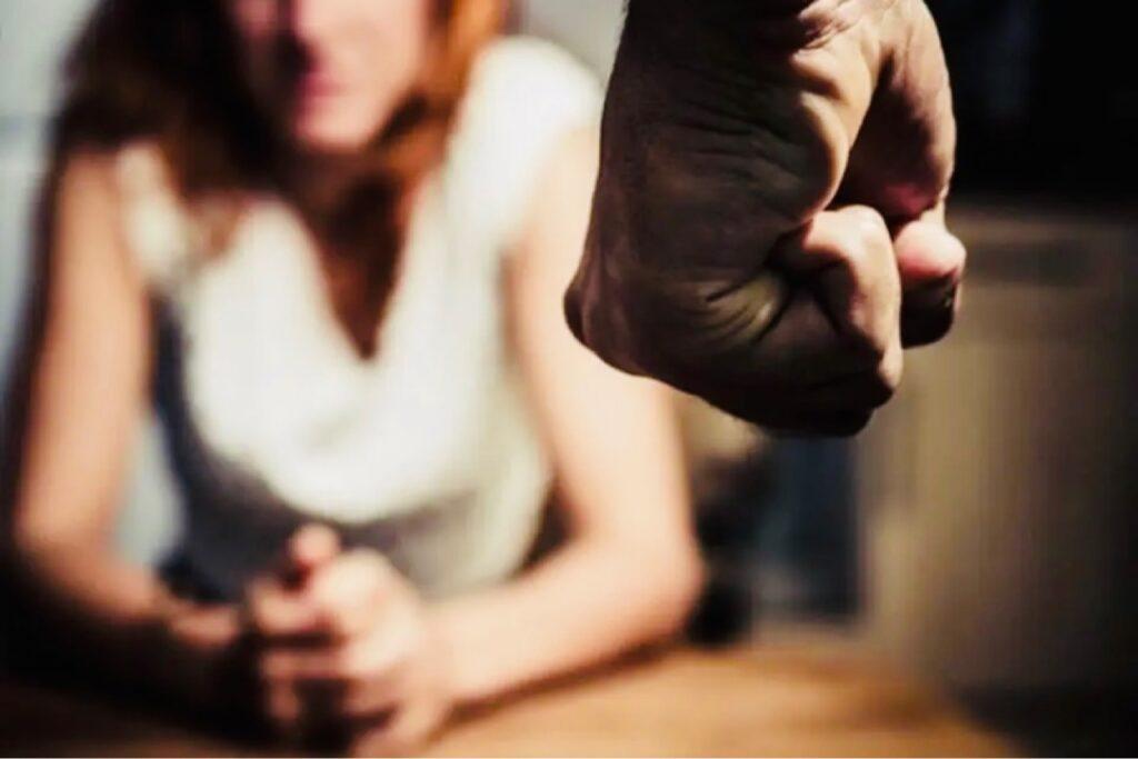 Și-a bătut fosta iubită și i-a spart telefoanele în Pitești!