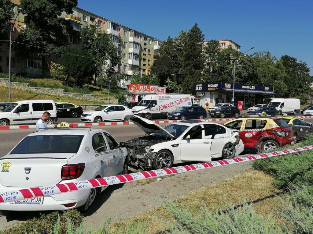 Video: Scandal în Craiovei. Un BMW a intrat în 3 taxiuri