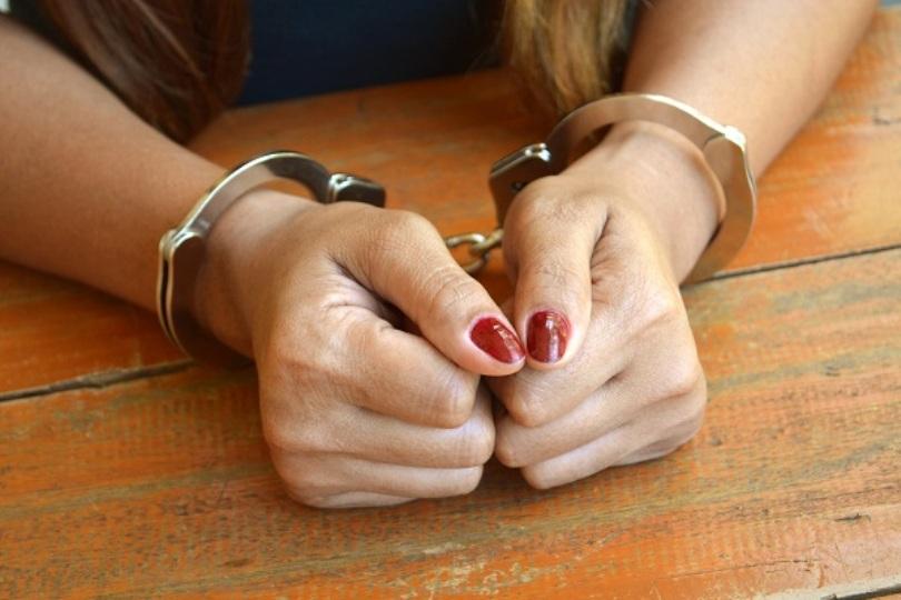 O femeie din Pitești a furat bani și bijuterii de la locurile de muncă