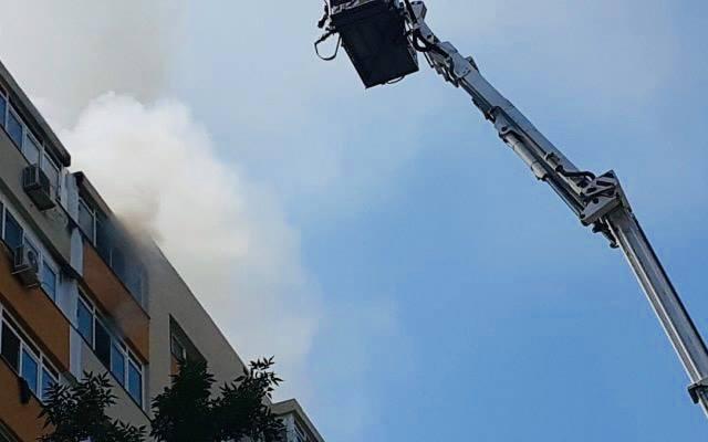 Incendiu la un bloc din Costeşti. Persoane evacuate!