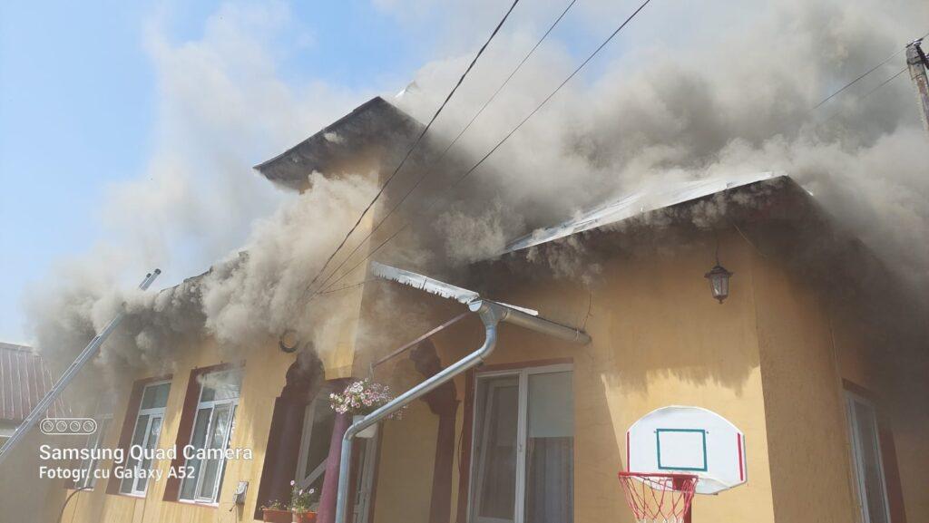 Video: Casă cuprinsă de flăcări la Bradu
