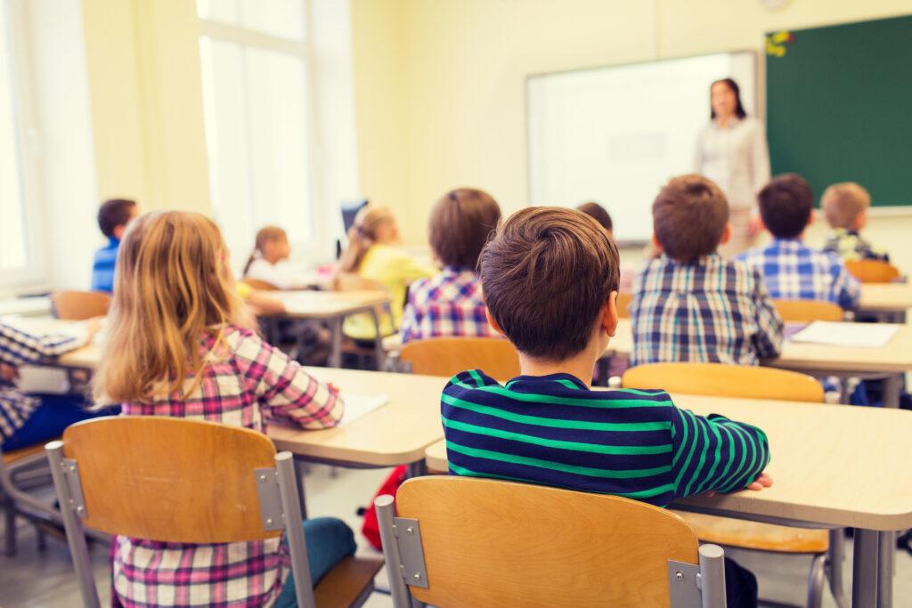 488 de unităţi din Argeş încep  noul an școlar  cu copiii în bănci
