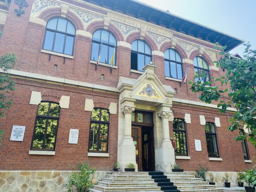 Zeci de elevi și profesori infectați în  școlile din Argeș