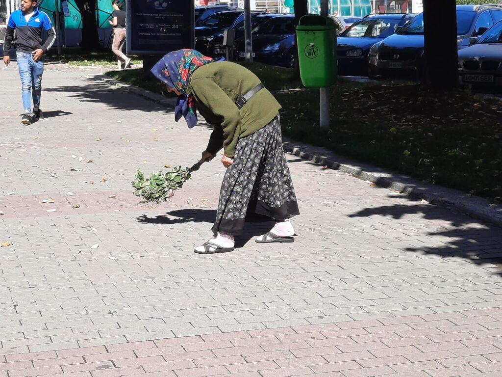 Video: O bătrână mătură, voluntar, o stradă din Pitești