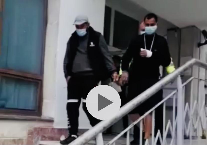 Reținuți în Argeș după ce au bătut un consătean și i-au distrus mașina