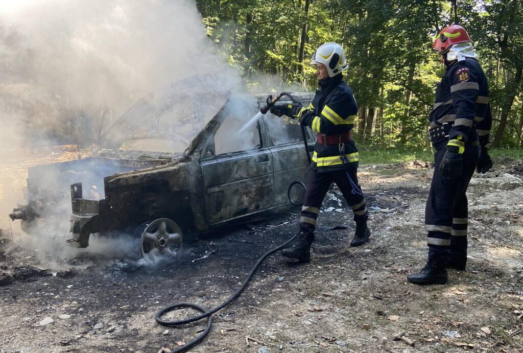 Mașină făcută praf în urma unui incendiu la Curtea de Argeș