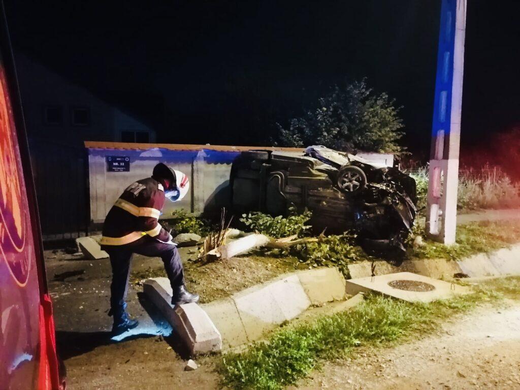 O mașină a intrat într-un gard în comuna Bascov