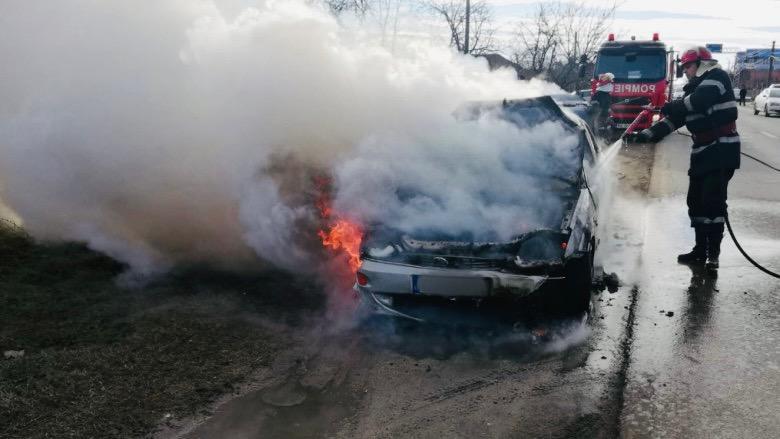 Mașină cuprinsă de flăcări pe o stradă din Pitești