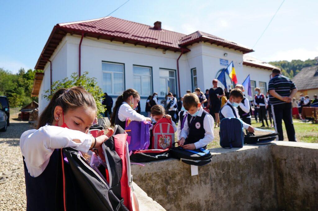 115 ghiozdane cu rechizite împărțite unor copii din Beleți-Negrești