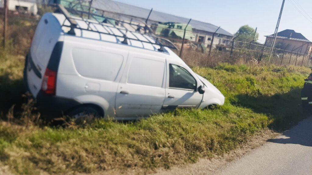 O șoferiță a ajuns cu mașina în șanț la Bradu