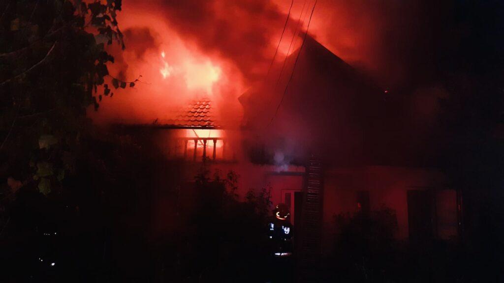 Video: Incendiu puternic în Argeș. 5 persoane au rămas pe drumuri!