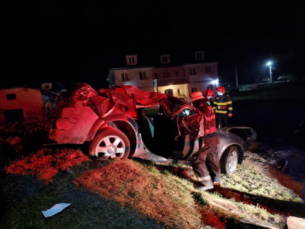 Mașină răsturnată în Argeș, victimă încarcerată!