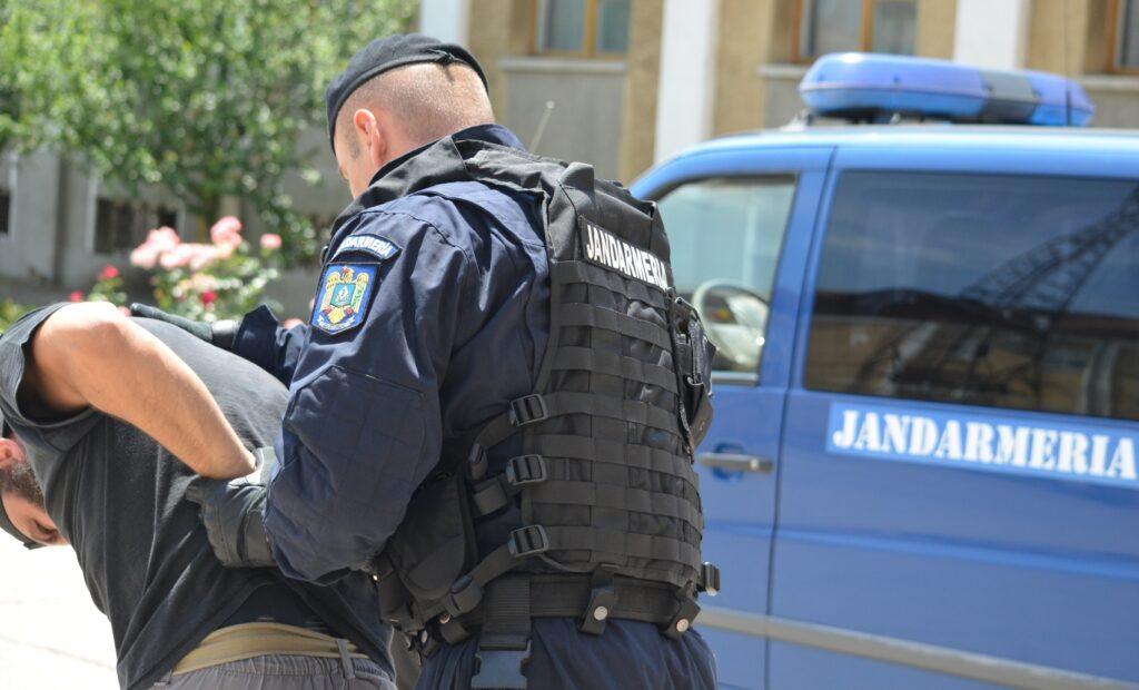 Bărbat din Argeș carantinat la domiciliu, prins mort de beat pe stradă
