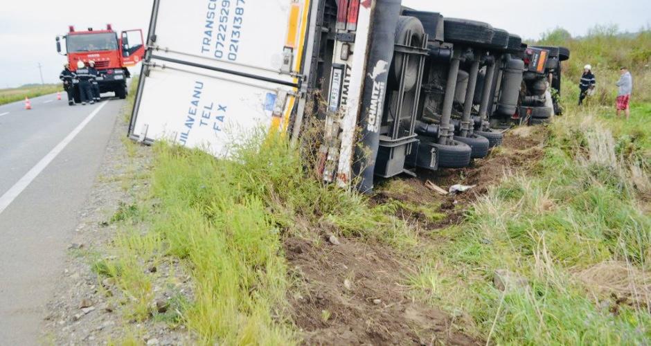 Argeș: Tir căzut în șanț, traficul este blocat!