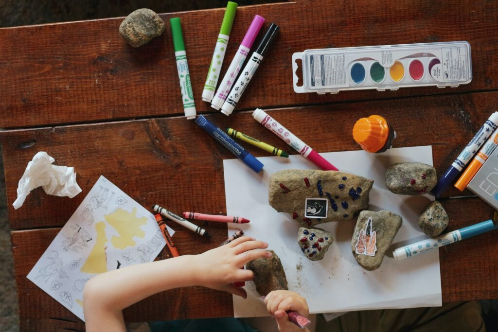 Copilul tău este plin de energie și are nevoie de activitate? Iată 3 soluții educative pentru cei mici