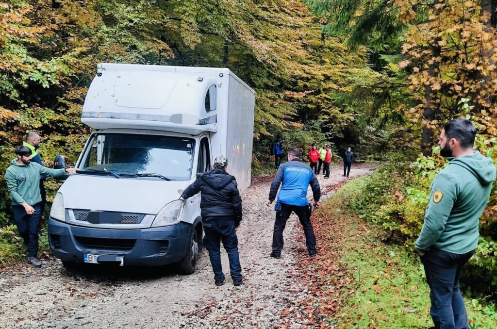 GPS-ul l-a dus în eroare și a rămas blocat pe un drum din Argeș