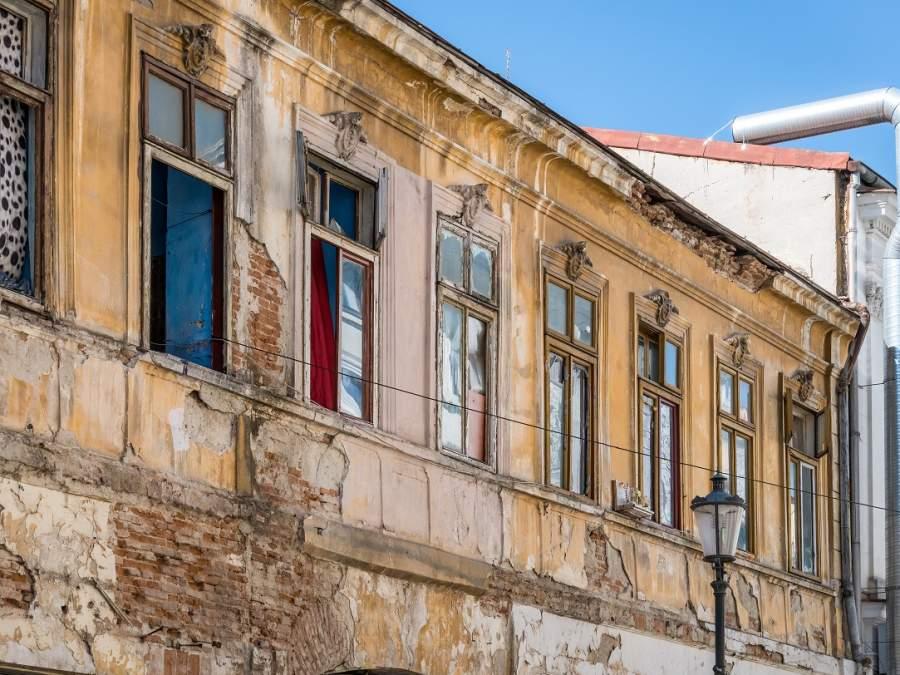 La Pitești, impozit record pentru clădirile și terenurile neîngrijite