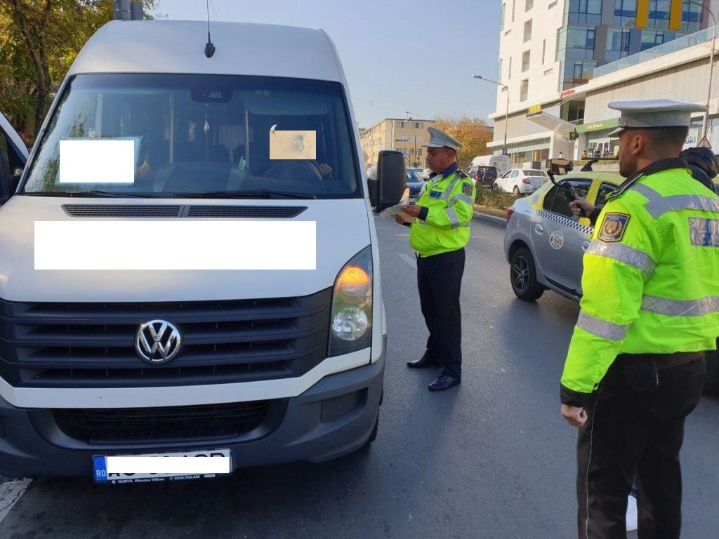 Argeș: Microbuz cu numere false, depistat în urma unui accident