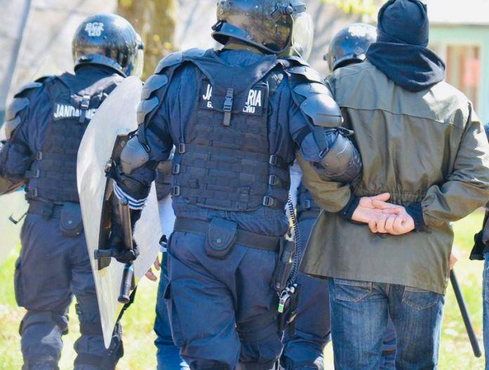 Reţinuţi după ce au obligat trei persoane la sclavie în Argeş